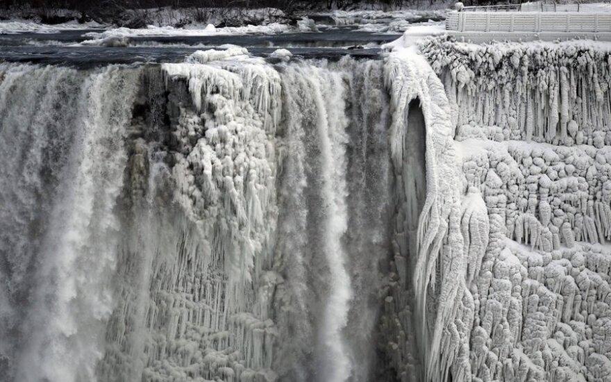 ФОТО: мороз сковал льдом Ниагарский водопад