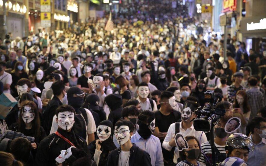 Полиция в Гонконге применила слезоточивый газ и водометы против демонстрантов
