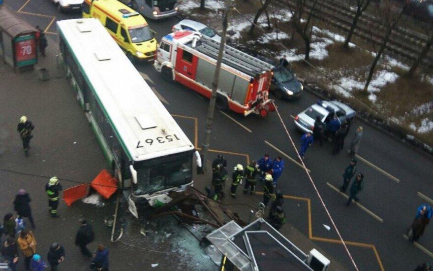 Москва: рейсовый автобус врезался в остановку, трое пострадавших