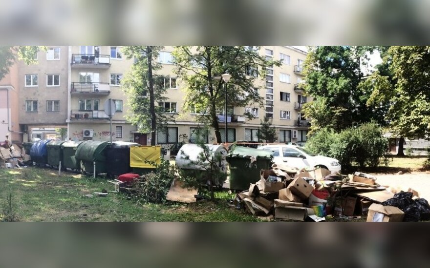 Šiukšlės viename iš Vilniaus senamiesčio kiemų