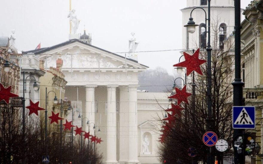 Украшенный красными звездами проспект Гедиминаса напоминает советское время?