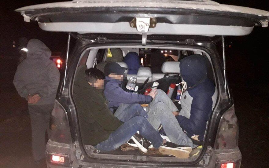 Люди сидели в машине, как шпроты в банке: латвиец вез через Литву группу нелегалов