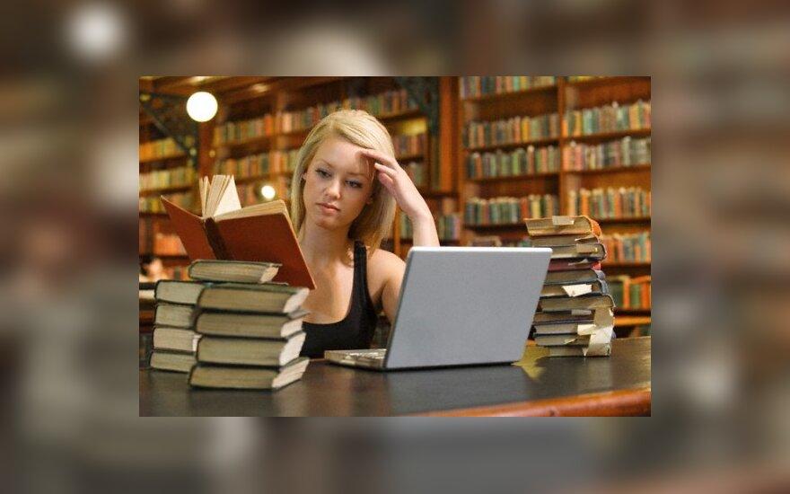 Mergina bibliotekoje