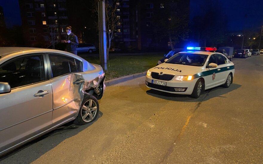 В Вильнюсе в результате ДТП перевернулся автомобиль