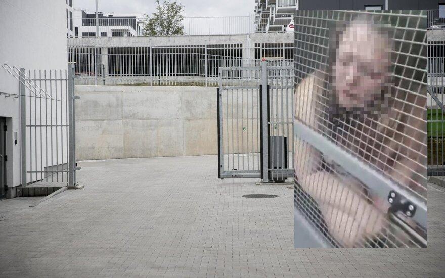 История пьяной женщины на BMW: обнаженная женщина кривлялась под окнами КПЗ