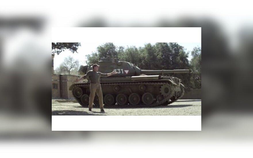 Шварценеггер приглашает всех желающих покататься на его танке