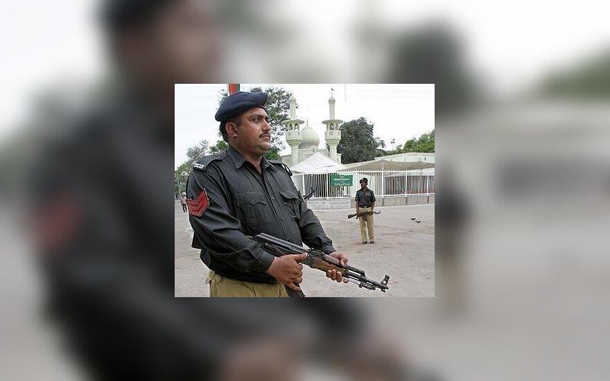 Pakistano policininkai saugo teritoriją prie mečetės Karačyje.