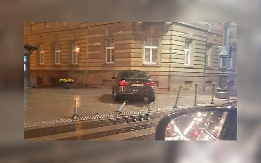 В полночь водитель BMW выехал на тротуар на проспекте Гедиминаса