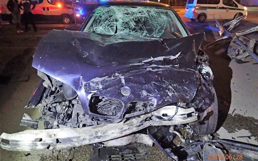 Ночью в Каунасе столкнулись два BMW: пострадали три человека