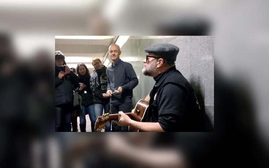 Гребенщиков спел в переходе в центре Москвы