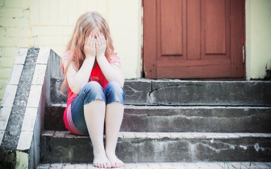 В Лаздияй задержан подозреваемый в изнасиловании дочерей мужчина и его собутыльник