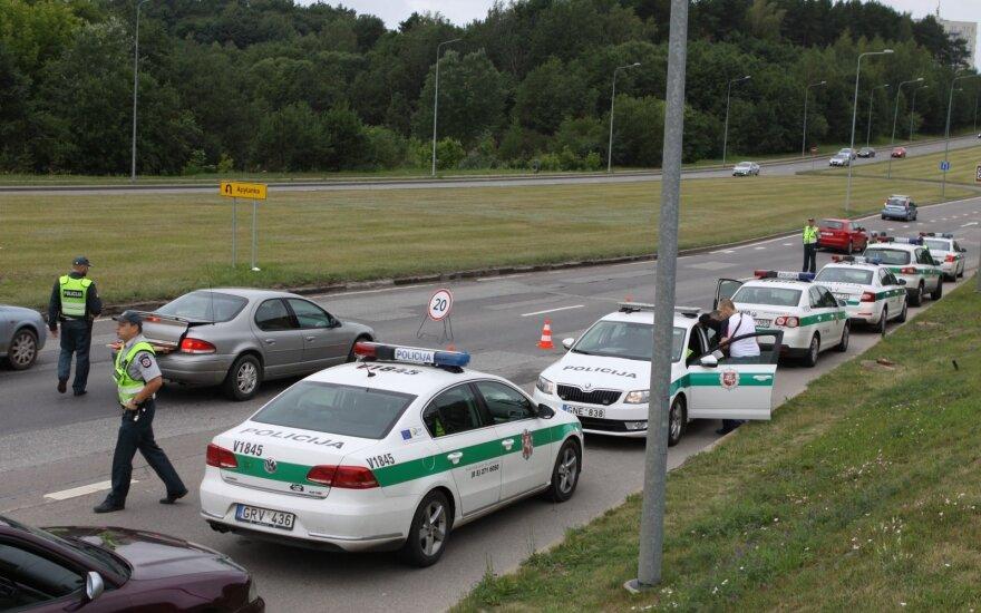Увидев полицию, девушка поехала задним ходом против движения