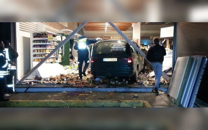 В Кретинге автомобиль въехал в магазин Maxima