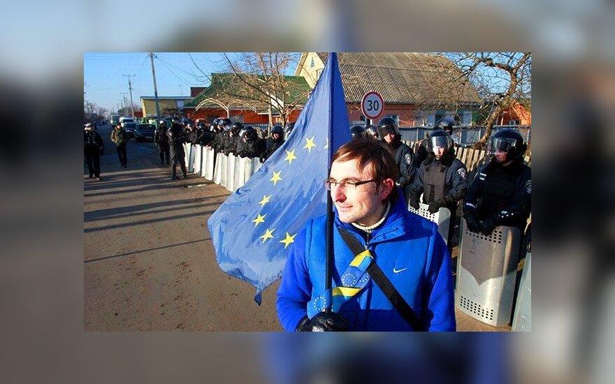 Украина: к резиденции Януковича принесли гроб