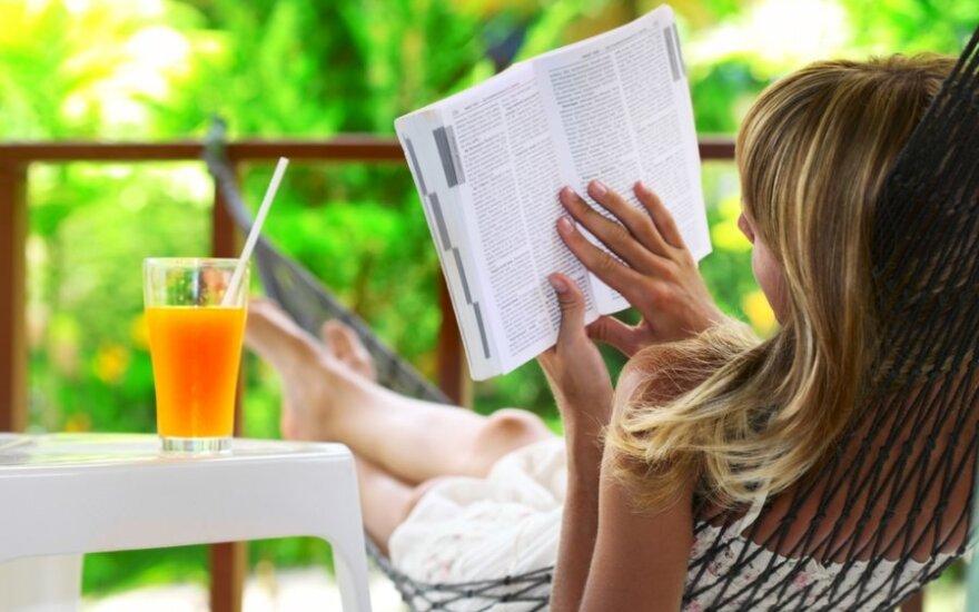 Mergina hamake skaito knygą, atostogos, poilsis