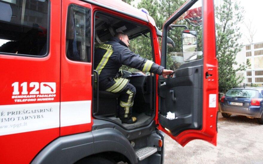 В Вильнюсском районе пожарные спасали упавшую в колодец кавказскую овчарку