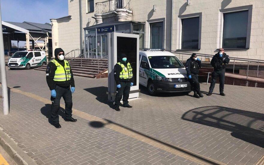 Вернувшиеся в Вильнюс люди напуганы: в гостиницу через черный ход в сопровождении полиции