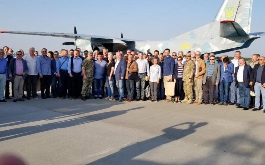 Украинские дипломаты вместе с военными отправились на Донбасс