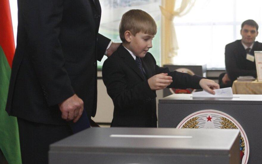 A.Lukašenka balsuoja su sūnumi