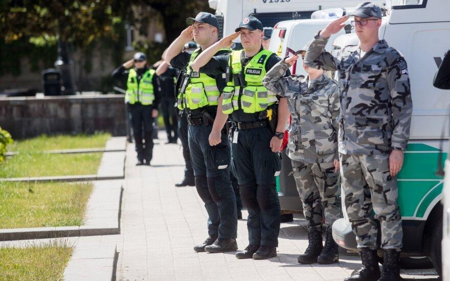 Полицейские по всей Литве почтили память погибшего коллеги