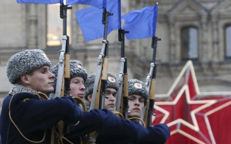 Россия: коммунисты вспоминают Октябрь, власти - парад 1941 года