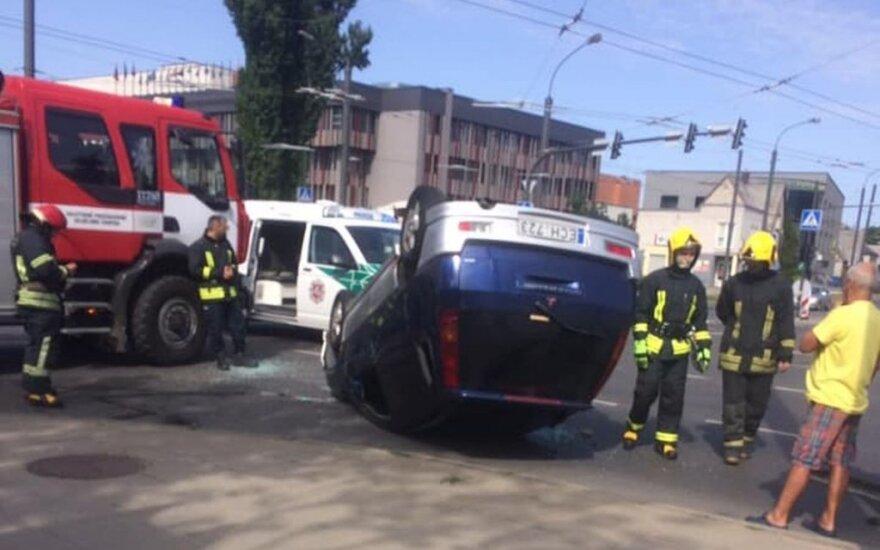 В Каунасе на перекрёстке столкнулись автомобили: одна машина перевернулась, ранены люди