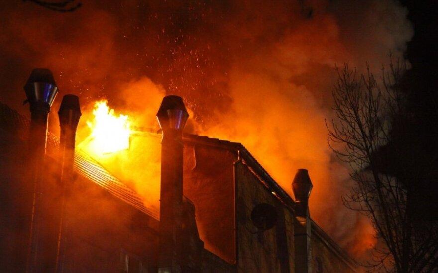 Podpalił dom i wspólnie z żoną obserwowali jak umierają ich dzieci