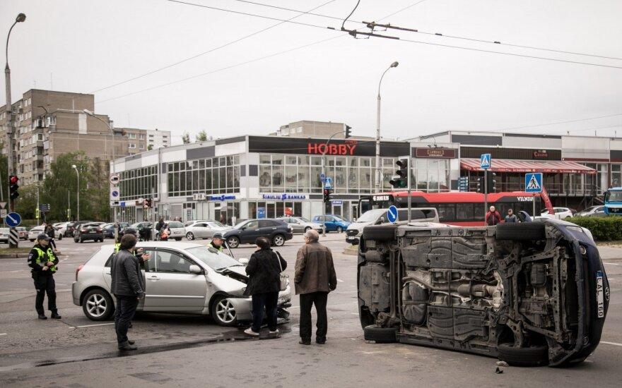 В четверг в Вильнюсе произошло ДТП, перевернулся автомобиль