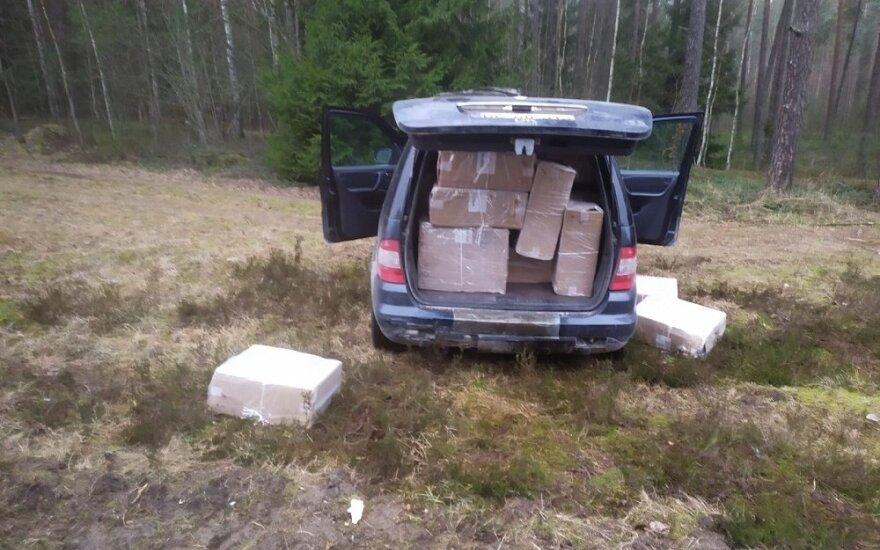 Пограничники задержали своего коллегу и полицейского, которые собирали выброшенную из поезда контрабанду