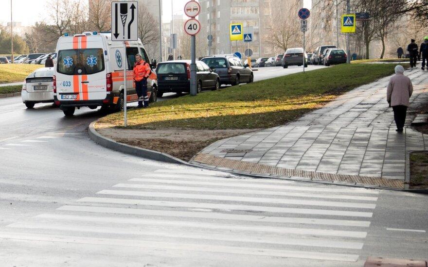 На пешеходном переходе автомобиль сбил двоих человек: мужчина скончался, женщина в больнице