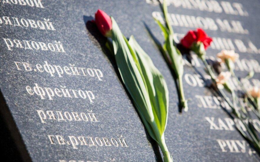 """В Литве суд отменил штраф """"Забытым солдатам"""" за установку надгробия красноармейцам без разрешений"""