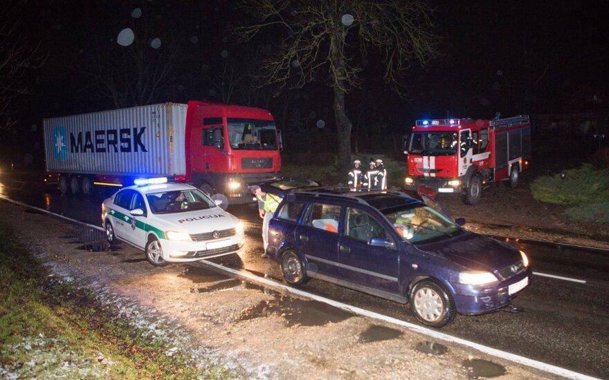В Вильнюсе автомобиль сбил и зажал женщину