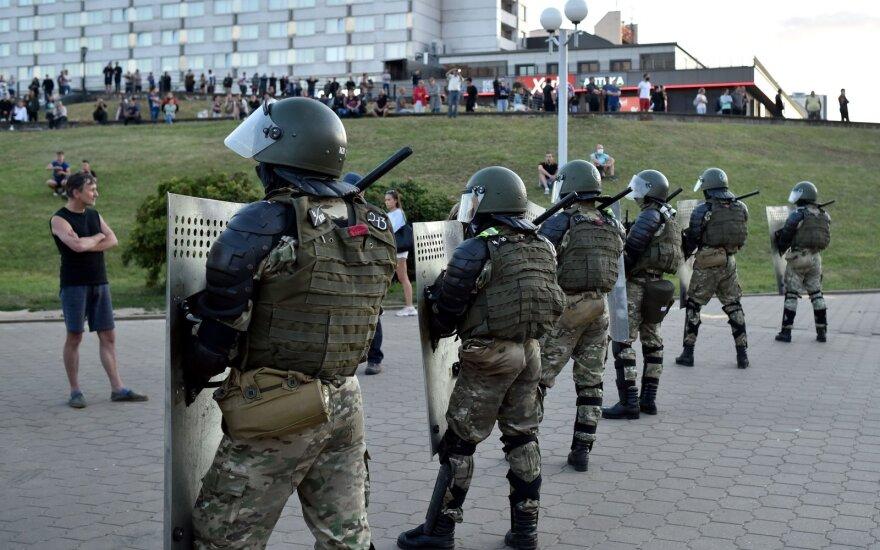 Протесты в Беларуси. День третий: баррикады, резиновые пули, силовики во дворах