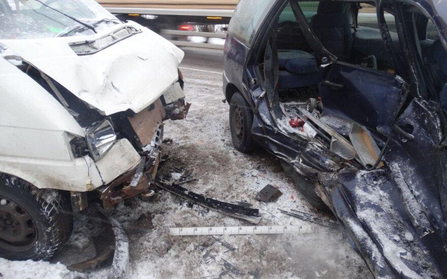 Микроавтобус врезался в Ford Galaxy, пострадал мужчина