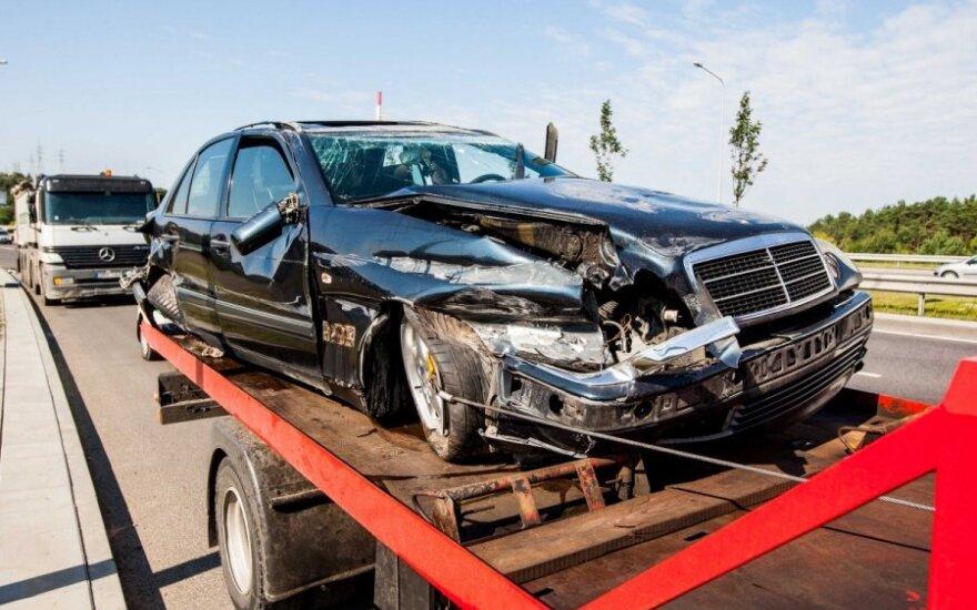 В Вильнюсе Mercedes врезался в VW и грузовик
