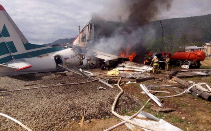 Самолет Ан-24 сгорел во время жесткой посадки в Бурятии: два человека погибли, более 20 пострадали