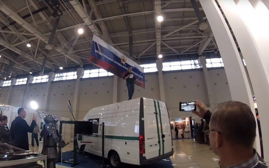 """Активистка """"Другой России"""" вскрыла вены на выставке полицейской техники"""