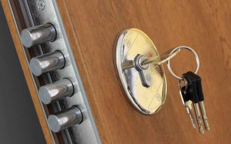 В Клайпеде запертая в квартире девочка могла выпасть в окно
