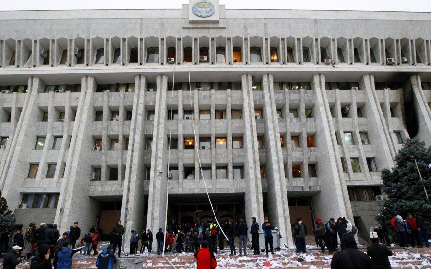 Kirgizijoje protestuotojai užėmė vyriausybės rūmus