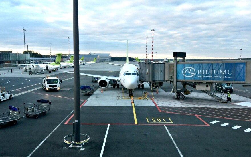 """Из-за ветра задерживаются рейсы в аэропорту """"Рига""""; два борта ушли в Каунас и Таллин"""