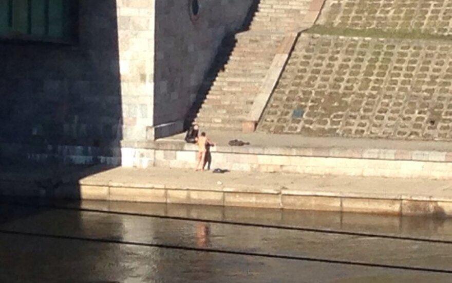 В центре столицы расхаживал обнаженный мужчина