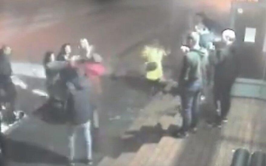 У ночного бара в Алитусе подрались женщины, полиция ищет свидетелей