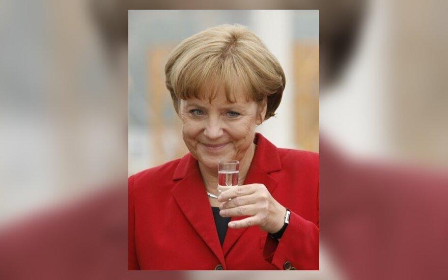 Скандал! Меркель появилась в рекламе нижнего белья