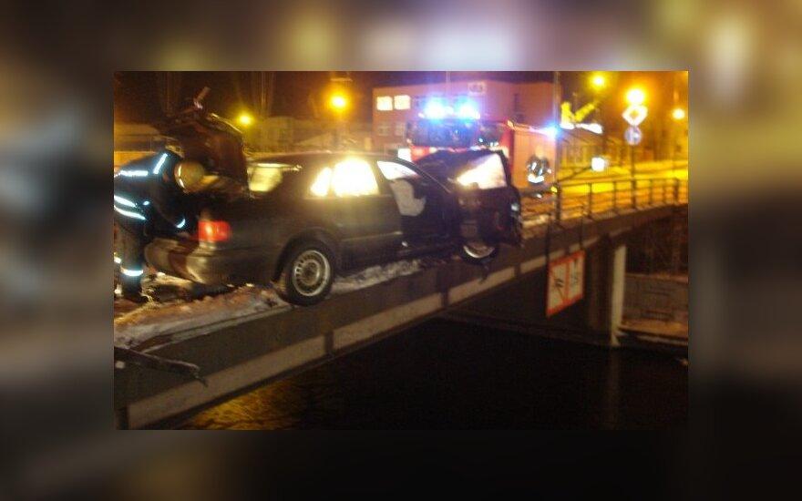 Уходя от погони, автомобиль завис на мосту, в реку упал пассажир