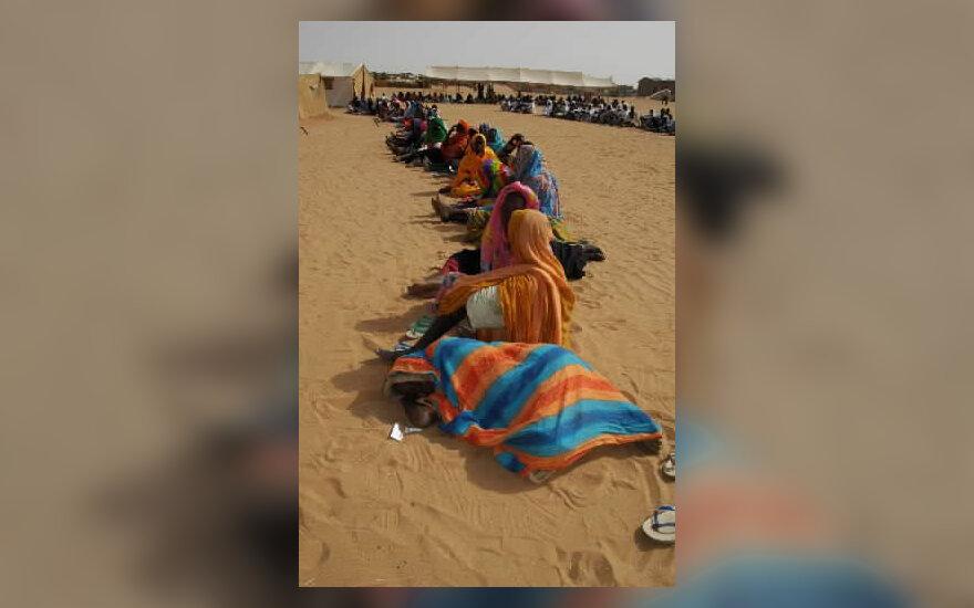 Sudanietės laukia eilėje prie gydytojo