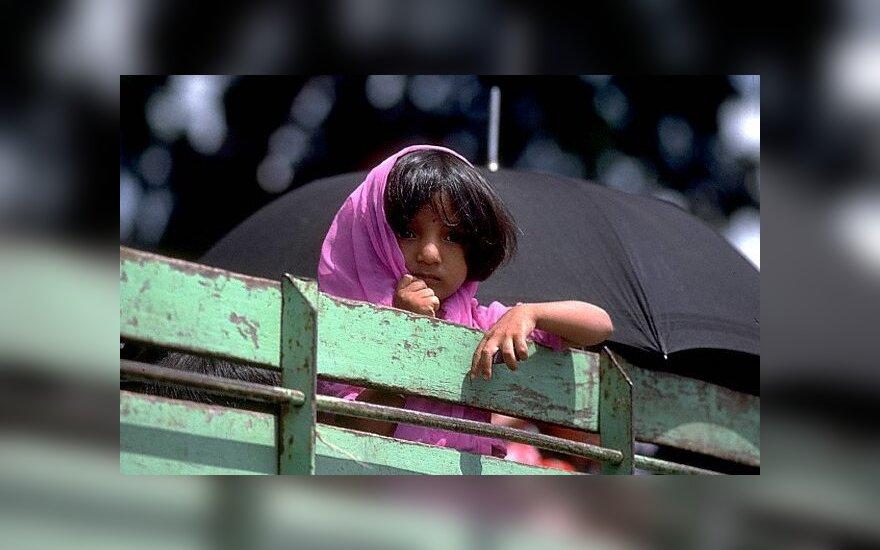 В индийском пруду утонул свадебный автобус