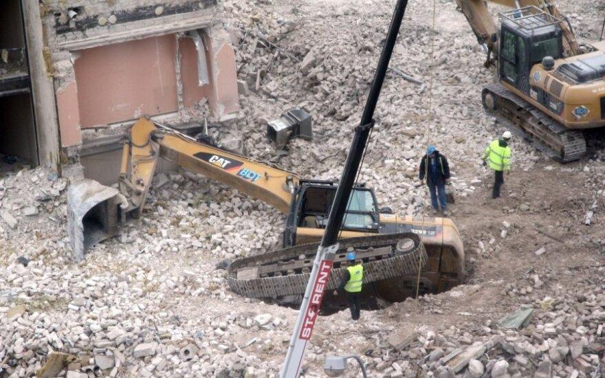 В центре Вильнюса перевернулся экскаватор
