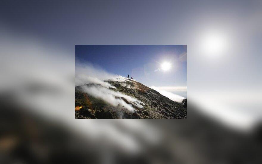Sicilijoje (Italija) esantis Etnos ugnikalnis - didžiausias ir aktyviausias vulkanas Europoje, spjaudantis nuodingus garus.