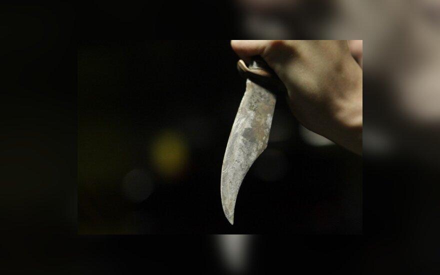 В Лаздияй юношу ударили ножом в спину