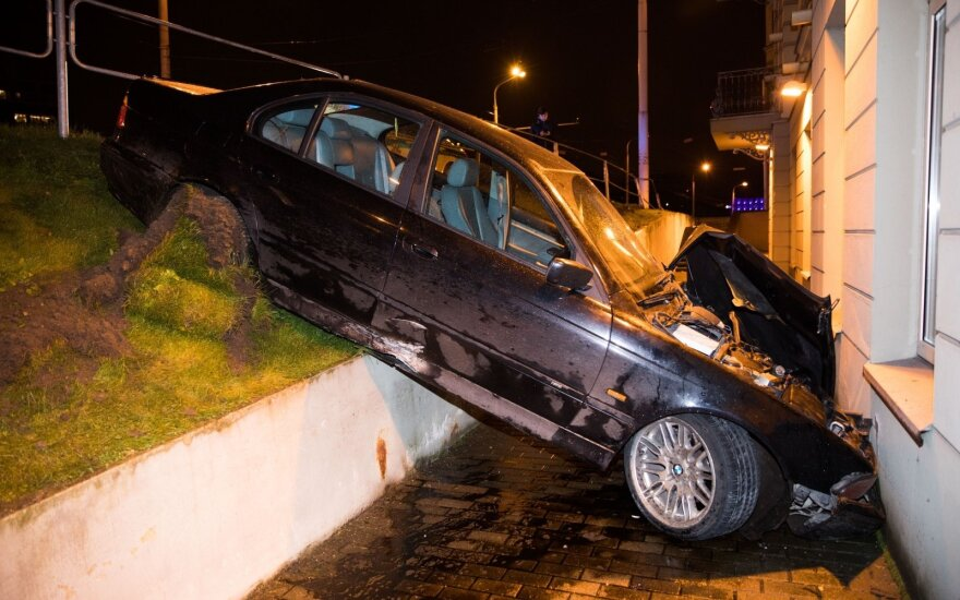 В центре Вильнюса автомобиль съехал с уклона и врезался в гостиницу